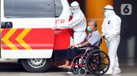 Petugas membawa pasien terindikasi terinfeksi COVID-19 dari ruang rawat Gedung Anton Soedjarwo Rumah Sakit Bhayangkara RS Sukanto menuju ruang rawat khusus COVID-19, Jakarta, Rabu (13/1/2021). Kasus Covid-19 sudah ditemukan di 34 Provinsi di Indonesia. (Liputan6.com/Helmi Fithriansyah)