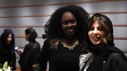 Dua wanita tersenyum saat menghadiri upacara pembukaan Arab Fashion Week di hotel Ritz Carlton di Riyadh (10/4). Arab Fashion Week akan berlangsung hingga 14 April 2018. (AFP Photo/Fayez Nureldine)