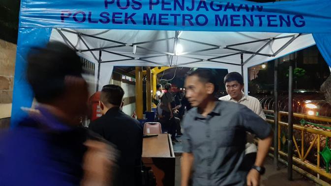 Jelang rampungnya rekapitulasi suara nasional Pemilu 2019, gedung KPU dijaga ketat. Setiap orang yang masuk ke KPU diperiksa secara detail. (Liputan6.com/Yopi Makdori)