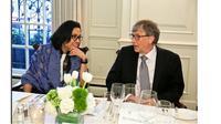 Menteri Keuangan Sri Mulyani Indrawati mengunggah foto dirinya sedang berbincang dengan pendiri Microsoft Bill Gates di akun Instagram-nya. (Sumber: Instagram @smindrawati)