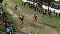 Lomba pacuan kuda pascabencana gempa dan tsunami di Sulteng. (Liputan6.com/Heri Susanto)