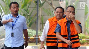 Tersangka mantan anggota DPRD Sumut, Tahan Manahan Panggabean dan Arifin Nainggolan tiba di gedung KPK, Jakarta, Rabu (10/10). Mereka diperiksa terkait kasus suap persetujuan Laporan Pertanggungjawaban APBD 2012. (Merdeka.com/Dwi Narwoko)