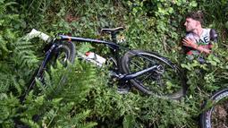 Kecelakaan besar ini membuat beberapa pembalap mengalami luka parah dan tak mampu melanjutkan balapan. (Foto: AFP/Pool/Anne-Christine Poujoulat)
