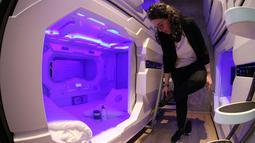 Seorang karyawan menunjukkan kamar kapsul sebelum pembukaan hotel kapsul pertama di Balkan, di Ljubljana, Slovenia, Selasa (9/4/2019). Para tamu dapat memesan kamar menggunakan aplikasi tanpa harus melihat resepsionis secara langsung dengan harga $ 140 pe