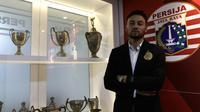Pemain Persija Jakarta, Marc Anthony Klok, saat perkenalan dirinya bergabung Persija di Kantor Persija, Jakarta, Sabtu (31/1). Persija resmi memboyong Marc Klok dengan kontrak berdurasi empat musim.