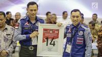Komandan Satuan Tugas Bersama (Kogasma) Agus Harimurti Yudhoyono mendapatkan nomor 14 sebagai peserta pemilu 2019 saat pengundian nomor urut parpol di kantor KPU, Jakarta, Minggu (19/2). (Liputan6.com/Faizal Fanani)