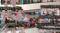 Pengunjung melintas di pohon natal raksasa di Mal Ciputra, Jakarta, Rabu (23/12). Jelang perayaan natal sejumlah mal di Jakarta mendekor mal bernuansa natal agar menjadi daya tarik. (Liputan6.com/Angga Yuniar)