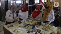 Peserta mengikuti pelatihan tata boga dan tata busana di Pusat Pelatihan Kerja Daerah (PPKD) Jakarta Pusat, Senin (14/12/2020). Dengan pelatihan ini diharapkan mereka dapat membuka usaha agar mendapat penghasilan hingga membuka lapangan kerja di tengah pandemi Covid-19. (Liputan6.com/Angga Yuniar)