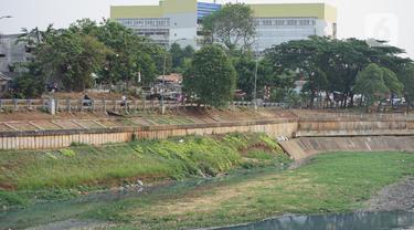 Suasana aliran Kanal Banjir Timur (KBT) yang mengering di kawasan Cipinang Muara, Jakarta, Jumat (11/9/2020). Curah hujan yang rendah selama musim kemarau menyebabkan debit air di kawasan tersebut berkurang sehingga bantaran kanal mengalami kekeringan. (Liputan6.com/Immanuel Antonius)