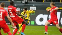 Pemain Borussia Dortmund, Jadon Sancho, melepaskan tembakan dalam laga kontra RB Leipzig pada pekan ke-32 Bundesliga, Sabtu (8/5/2021). Jadon Sancho mencetak dua gol dalam laga itu untuk membantu timnya meraih kemenangan. (LEON KUEGELER / POOL / AFP)