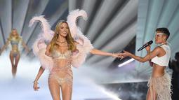 Penyanyi Halsey (kanan) memegang tangan model Martha Hunt saat berjalan di panggung Victoria's Secret Fashion Show 2018 di Pier 94, New York, AS, Kamis (8/11). (Photo by Evan Agostini/Invision/AP)