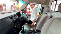 Presiden RI Joko Widodo menjajal ruang kabin Esemka Bima. (Foto: Agus Suprapto)