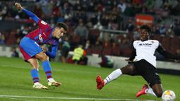 Philippe Coutinho. Meski Newcastle United tidak terkendala dari segi harga untuk mendatangkan gelandang serang Barcelona yang berbanderol 20 juta euro ini, namun minimnya panggung kompetisi Eropa diyakini bakal jadi pertimbangannya untuk menerima pinangan Newcastle United. (AP/Joan Monfort)