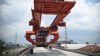 Foto pada 3 September 2020 menunjukkan lokasi pekerjaan pemasangan gelagar kotak (box girder) jalur Kereta Cepat Jakarta-Bandung (KCJB). Pemasangan gelagar sedang berlangsung di ketiga balok yard di sepanjang Jalur Kereta Cepat Jakarta-Bandung dalam tiga hari terakhir. (Xinhua/Zulkarnain)
