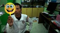 Harsono (42), mencoba kacamata dengan filter khusus untuk melihat fenomena gerhana matahari di Jogja Astro Club, Yogyakarta, Minggu (6/3). Kacamata gerhana matahari menjadi buruan warga yang ingin menyaksikan fenomena alam tersebut (Boy Harjanto)