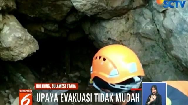 Untuk masuk ke lubang yang dibuat secara manual oleh para penambang liar pun tidak mudah, sebab ukurannya sangat kecil.