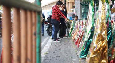 Pembeli memilih parsel yang dijual di kawasan Cikini, Jakarta, Selasa (28/5/2019). Menjelang hari raya Idul Fitri 1440 H, penjualan parsel di kawasan tersebut mulai meningkat, meskipun diakui para pedagang jumlah pejualan tidak sebanyak tahun lalu. (Liputan6.com/Immanuel Antonius)