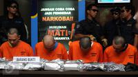 Empat tersangka terduga pengedar narkotika jenis sabu diperlihatkan saat rilis di gedung BNN Jakarta, Rabu (4/5/2016). Dari tersangka, petugas BNN menyita 12,3 kg narkotika jenis sabu, 3,8 gram ganja dan 2 butir ekstasi. (Liputan6.com/Helmi Fithriansyah)
