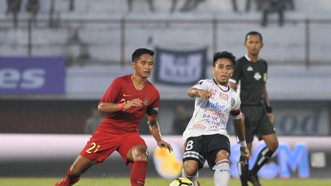 Gelandang Timnas Indonesia U-23 dan Bali United, Kadek Agung Widnyana Putra, menjadi kapten Tim Garuda Muda saat beruji coba menghadapi klubnya, Bali United, di Stadion Kapten I Wayan Dipta, Gianyar, Minggu (17/3/2019). (PSSI)