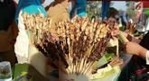 Sejumlah tusuk sate dalam memeriahkan Festival Pesona Danau Limboto di Gorontalo, Senin (24/9). Pemkab Gorontalo mencatatkan rekor Museum Rekor Dunia Indonesia (MURI) dengan meyajikan sate sebanyak 88.950 tusuk. (Liputan6.com/Arfandi Ibrahim)