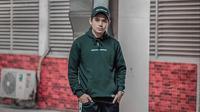 Tampil hanya dengan hoodie berwarna hitam dipadukan dengan topi dan celana training, begini pun Rayn Wijaya sudah tampak tampan dan memesona. (Liputan6.com/IG/raynwijaya26)