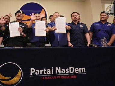 Ketua DPP Partai Nasdem Syahrul Yasin Limpo (dua kiri), Ketua Bapilu Partai NasDem, Effendy Choirie (tiga kiri) memberikan pernyataan sikap terkait  fitnah Rizal Ramli kepada Ketum Partai Nasdem di Jakarta, Selasa (11/9). (Liputan6.com/ Faizal Fanani)