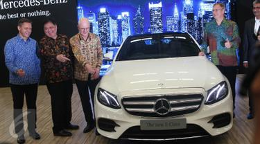 Menperin Airlangga Hartanto serta Dirjen Industri Logam, Mesin, Alat Transpirtasi, dan Elektronika I Gusti Putu Suryawirawan, Presiden & CEO MBDI Roelof Lamberts saat menghadiri peluncuran Mercedes-Benz E-Class, Bogor, Selasa (24/1). (Liputan6.com)