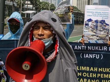 Massa Indonesia Anti Nuklir Fukushima menggelar aksi di depan Kedutaan Besar Jepang, Jakarta, Selasa (8/6/2021). Aksi yang sekaligus memperingati Hari Laut Sedunia ini menolak pembuangan limbah nuklir Fukushima di lautan yang akan dilakukan oleh pemerintah Jepang. (Liputan6.com/Faizal Fanani)