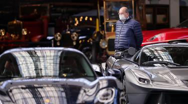 Seorang pria yang mengenakan masker mengunjungi Autoworld di Brussel, Belgia, (18/5/2020). Belgia pada Senin (18/5) memasuki pelonggaran pembatasan tahap kedua dengan sekolah-sekolah membuka kembali beberapa kelas di bawah persyaratan organisasi yang ketat. (Xinhua/Zhang Cheng)