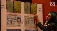 Petugas menunjukkan perbedaan sertifikat tanah asli dan palsu saat rilis kasus sindikat mafia tanah di Jakarta, Rabu (12/2/2020). Subdit II Harda Ditreskrimum Polda Metro Jaya bersama Kementerian ATR/BPN berhasil mengungkap sindikat mafia tanah dan menahan 10 tersangka. (merdeka.com/Imam Buhori)