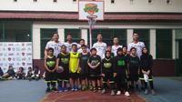 Anak-anak SD berpose dengan pemain dan pelatih Timnas Basket Indonesia (istimewa)
