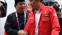 Presiden Joko Widodo atau Jokowi (kanan) dan Ketua Umum Pengurus Besar Ikatan Pencak Silat Indonesia (IPSI) Prabowo Subianto (kiri) berbincang saat akan menyaksikan pencak silat Asian Games 2018 di Jakarta, Rabu (29/8). (Liputan6.com/HO/Biro Pers Setpres)