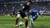 Gelandang Real Madrid, Isco, berusaha melewati gelandang Espanyol, Pablo Patti, pada laga La Liga di Stadion RCDE, Barcelona, Selasa (27/2/2018). Espanyol menang 1-0 atas Real Madrid. (AP/Manu Fernandez)