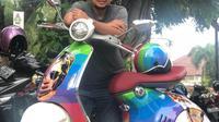 Anas Syahrul Alimi dengan Vespa uniknya.