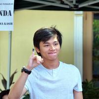 Warga DKI Jakarta baru saja menggunakan hak suaranya dalam memilih calon pemimpin mereka untuk lima tahun ke depan. Namun ternyata ini menjadi pengalaman pertama bagi Aldi CJR dalam memilih. (Nurwahyunan/Bintang.com)