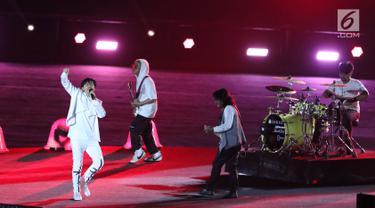 Grup Band GIGI tampil membawakan lagu saat malam penutupan Asian Games 2018 di Stadion GBK, Jakarta, Minggu (9/2). Aksi enerjik vokalis Armand Maulana mampu menghangatkan malam penutupan Asian Games 2018. (Liputan6.com/Helmi Fithriansyah)