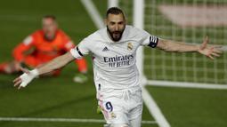 Striker Real Madrid, Karim Benzema melakukan selebrasi usai mencetak gol pertama timnya ke gawang Barcelona dalam laga lanjutan Liga Spanyol 2020/2021 pekan ke-30 di Alfredo di Stefano Stadium, Madrid, Sabtu (10/4/2021). Real Madrid menang 2-1 atas Barcelona. (AP/Manu Fernandez)