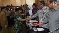 Panglima TNI Marsekal Hadi Tjahjanto (kiri) bersalaman dengan Ketua DPD RI Oesman Sapta Odang (OSO) saat raker dengan Komite I DPD RI di kompleks parlemen, Jakarta, Selasa (7/5/2019). OSO mengapresiasi pelaksanaan Pemilu 2019 yang dinilai berlangsung aman dan tertib. (Liputan6.com/JohanTallo)