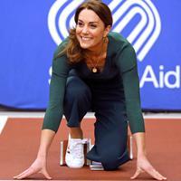 Duchess of Cambridge, Kate Middleton bersiap untuk lari bersama dengan para atlet saat menghadiri acara SportsAid di Stadion London, London timur, Rabu (26/2/2020). Dalam acara SportsAid, Kate Middleton ikut lari bersama dengan para atlet dan mencoba taekwondo . (Yui Mok/Pool PA via AP)