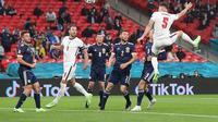 Tampak Harry Kane melihat rekan setimnya melakukan sundulan. Timnas Inggris ditahan imbang Skotlandia dengan skor 0-0 di ajang Euro 2020. (AFP)