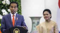 Presiden Joko Widodo (kiri) didampingi Ibu Negara Iriana menyampaikan keterangan di Istana Bogor, Jawa Barat, Selasa (10/3/2020). Raja dan Ratu Belanda mengunjungi Indonesia untuk peningkatan kerja sama bilateral bidang ekonomi dan sumber daya manusia. (Liputan6.com/Faizal Fanani)