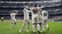 Para pemain Real Madrid merayakan kemenangan atas Real Valladolid pada laga La Liga Spanyol di Stadion Santiago Bernabeu, Madrid, Sabtu (3/11). Madrid menang 2-0 atas Valladolid. (AFP/Javier Soriano)
