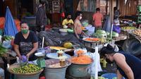 Aktivitas pedagang di Pasar Pinasungkulan Manado, salah satu klaster penyebaran Covid-19 di Sulut.
