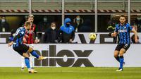 Gelandang Inter Milan, Christian Eriksen, mencetak gol lewat tendangan bebas ke gawang AC Milan pada laga perempat final Coppa Italia di Giuseppe Meazza, Selasa (26/1/2021). Inter Milan menang dengan skor 2-1. (AP/Antonio Calanni)