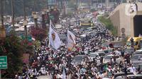 Ratusan massa berkonvoi mengawal Rizieq Shihab usai tiba di Bandara Soekarno-Hatta, Tangerang, Banten, Selasa (10/11/2020). Konvoi tersebut dilakukan untuk mengawal perjalan Rizieq Shihab menuju kediamannya di Petamburan, Jakarta. (Liputan6.com/Angga Yuniar)