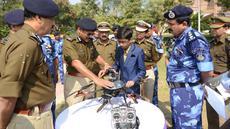 Harshwardhan Zala (14) menunjukkan drone buatannya kepada Pasukan Kepolisian Cadangan Pusat (CRPF) di kamp Rapid Action Force, Ahmedabad, India, 15 Januari 2017. Harshwardhan Zala berhasil menciptakan drone untuk mendeteksi ranjau darat (Sam Panthaky/AFP)