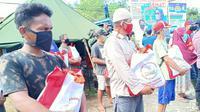Presiden Jokowi kirimkan bantuan sembako kepada masyarakat terdampak banjir bandang di Kabupaten Luwu Utara, Sulawesi Utara. (foto: Biro Pers Sekretariat Presiden)