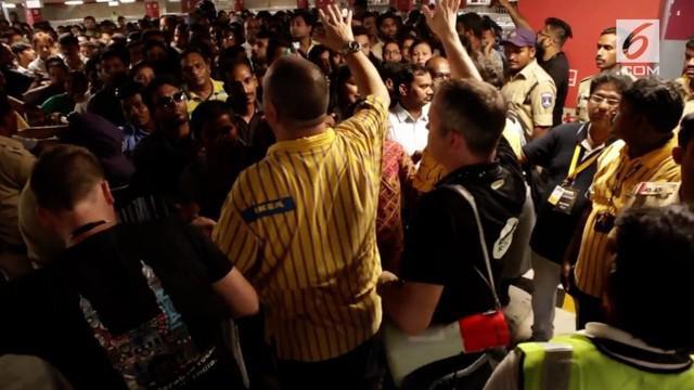 Warga sangat antusias saat pembukaan gerai Ikea pertama di India. Mereka berdesak-desakan untuk masuk ke toko bangunan asal Swedia tersebut.