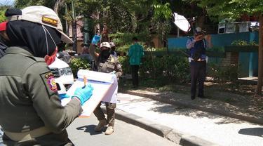 petugas Satpol PP Palu saat operasi yustisi protokol kesehatan