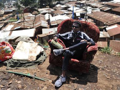 Artis hip hop Kenya Henry Ohanga alias Octopizzo berpose di sofa di Nairobi, Kenya (16/1). Octopizzo berasal dari wilayah kumuh terbesar di Kibera, Kenya. (AFP Photo/Tony Karumba)